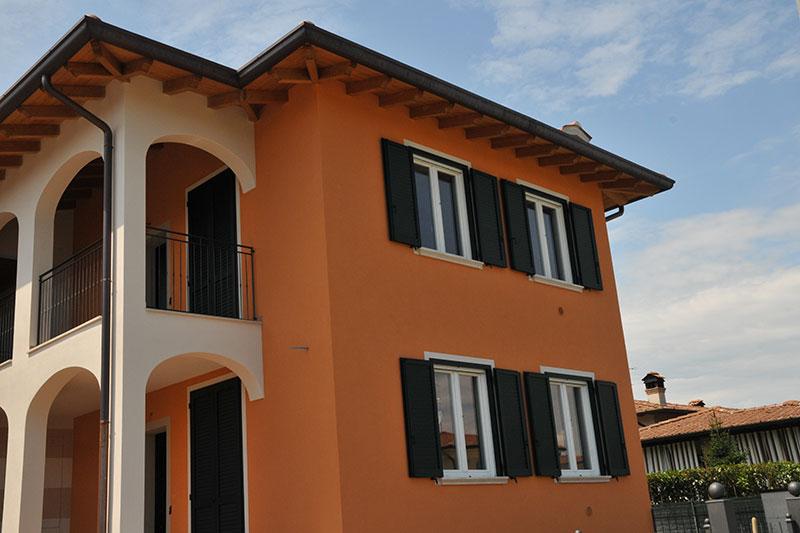 casa arancione persiane